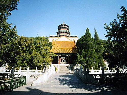 佛香阁后游廊上方,是一座五色的琉璃牌坊众香